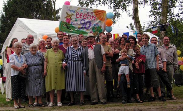 groepsfoto ter gelegenheid van het verjaardagsfeest op 7/8/2004