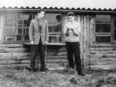 Bernard en Georges als 'soigneurs' bij de duiventil (1956)