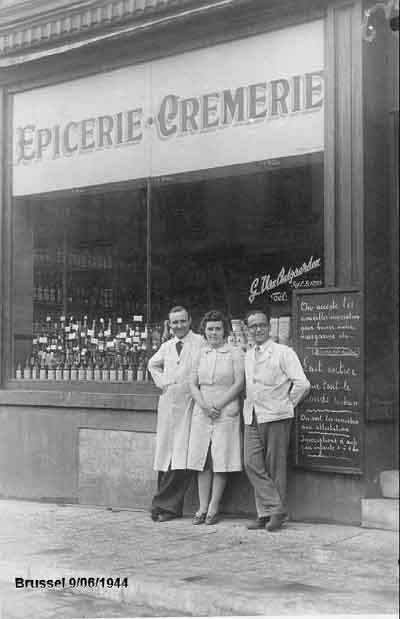 Georges en Yvonne voor hun kruidenierswinkel in de Lakensestraat