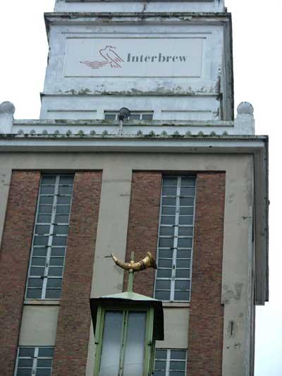 De oude brouwerij Artois met vooraan de hoorn, nog altijd het symbool van Interbrew