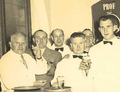 Fons (tweede van links) met collega's in de Bierstubbe