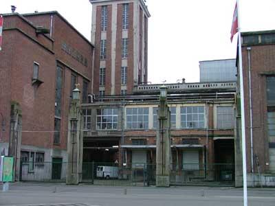 Ingang van de oude brouwerij Artois met de laad- en loskade en erboven het labo (1955-1965)