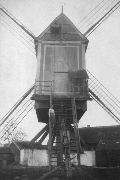 Gabrielle Smets op de windmolen net voor zijn afbraak in 1942